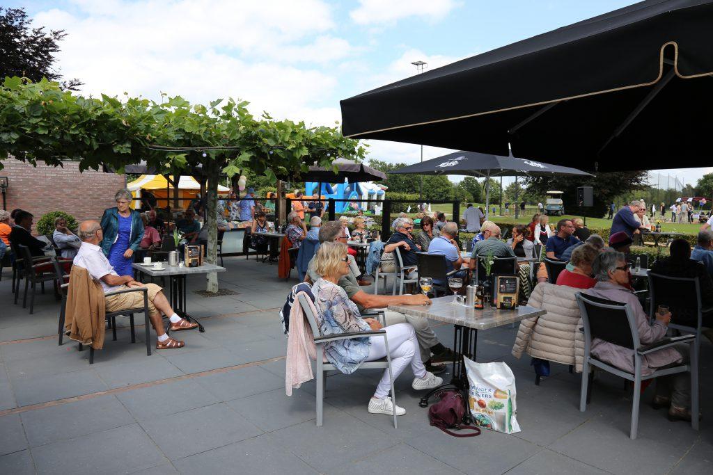 Publiek geniet op het terras